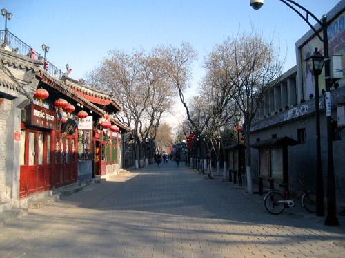 清晨中宁静的南锣鼓巷 (中国北京)