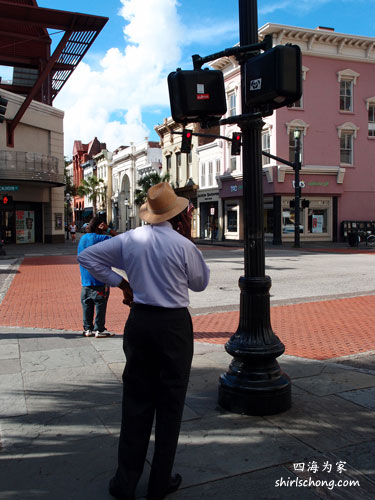 吸雪茄,带草帽的黑人在查尔斯顿主街口沉思。历经几百年风霜,黑奴买卖当然已只是历史,可是社会阶级的差异在查尔斯顿还是显而易见。