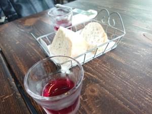 アルベロ、食前のジュースと自家製パン