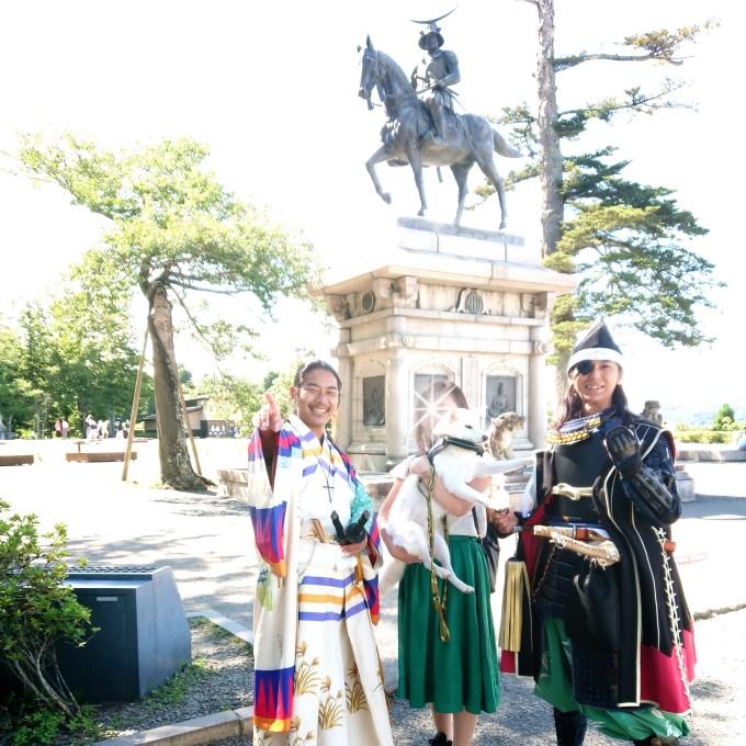 伊達政宗さまの騎馬像前にて伊達武将隊の皆さんと記念撮影