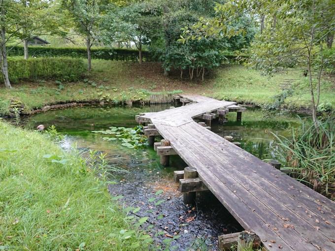 池にかかる板状の橋