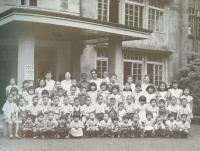 旧園舎と当時の子どもたち