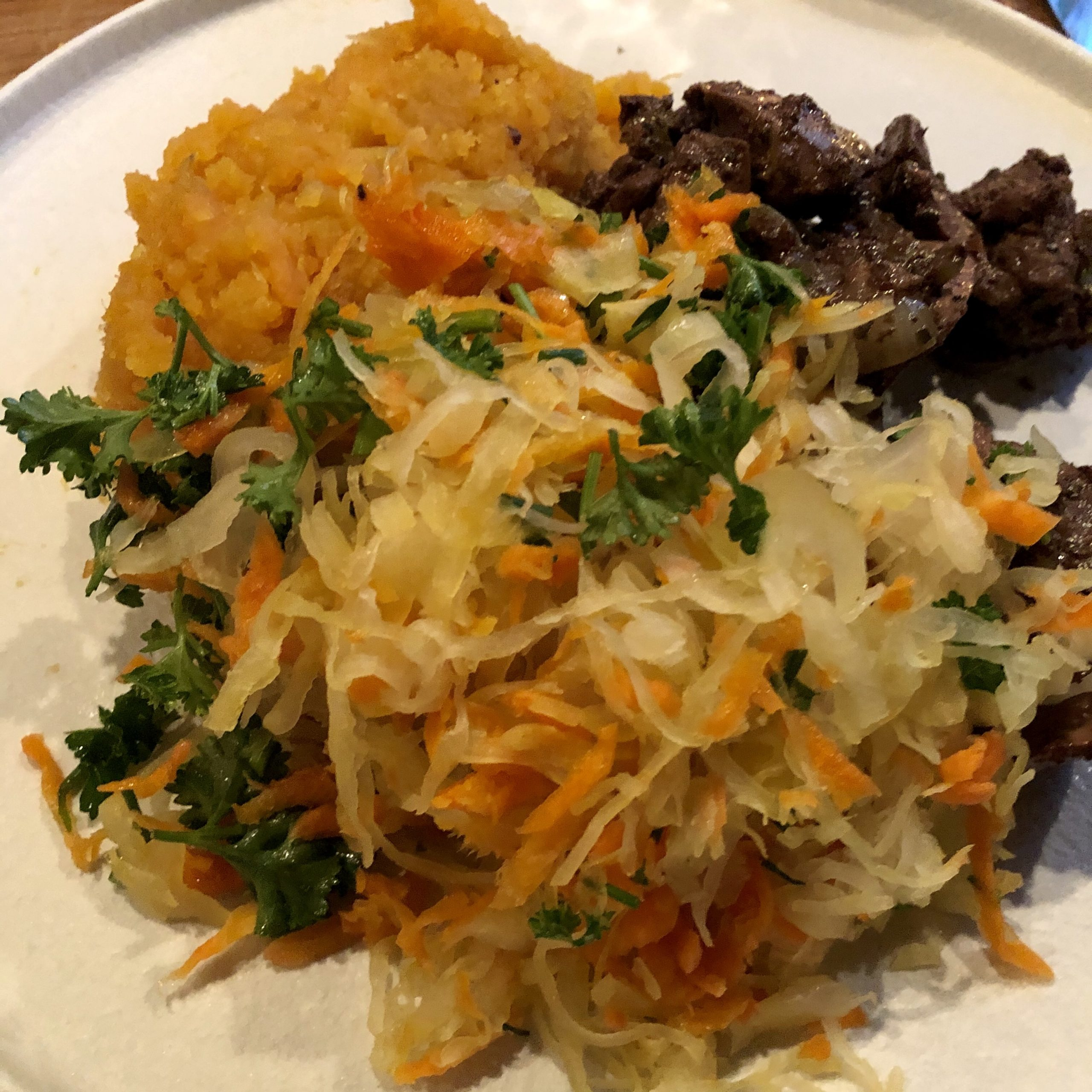 Corona lockdown dag 14: Kippenlevertjes, Poolse zuurkool salade en zoete aardappelpuree