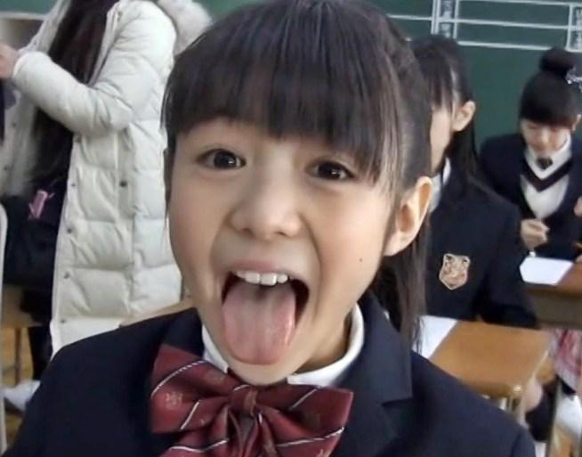 菊地最愛の舌出し