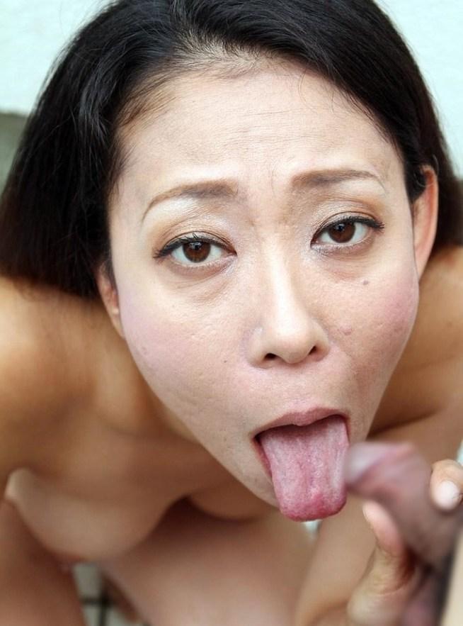 荒れ肌熟女の肉厚舌 (1)