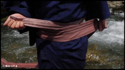 男の浴衣帯の結び方・胴に巻いていく2
