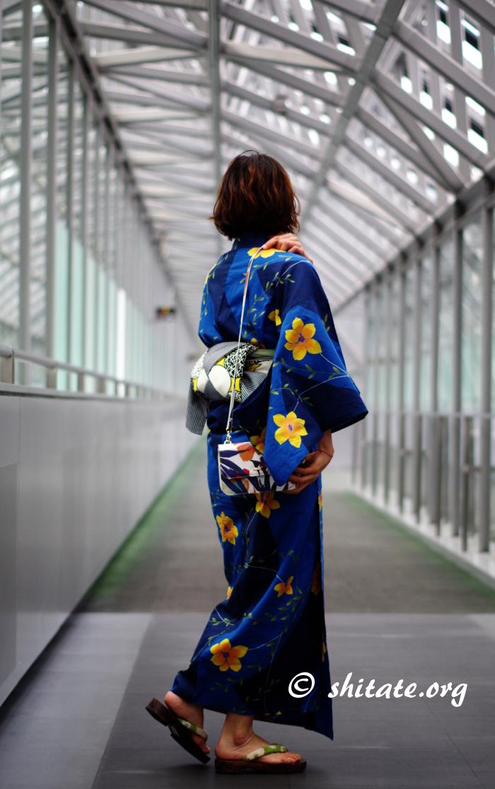 京都駅の空中経路にて浴衣姿ポートレート