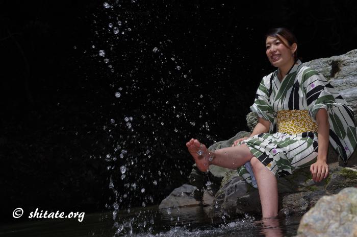 水しぶきで遊ぶ浴衣女子