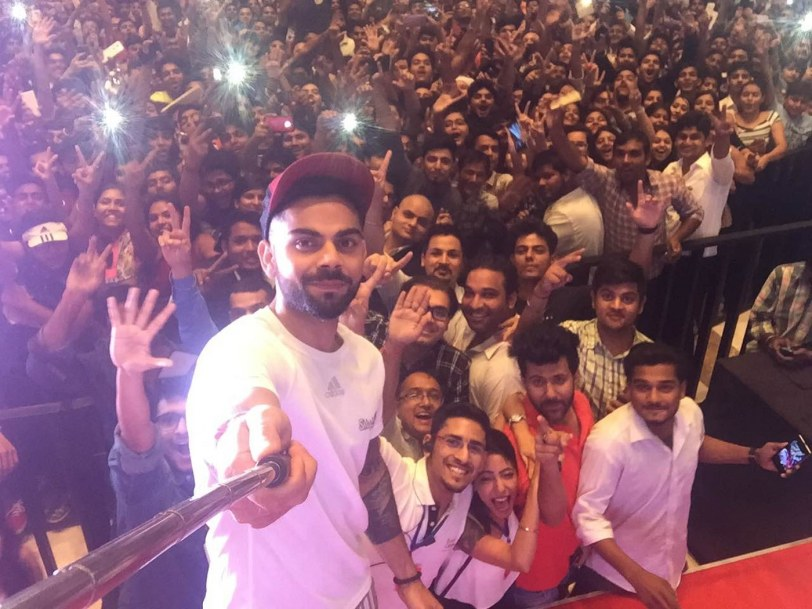Virat Taking selfie with Fans at SMAAASH Noida_1400x1050