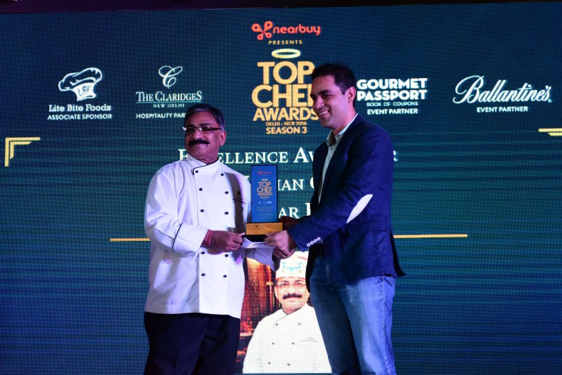 Ankur Warikoo, CEO, nearbuy presents  the Excellence Award for Best Indian Cuisine (Five-Star Hotel) to Chef J.P Singh,  Bhukhara, The Oberoi, Gurgaon