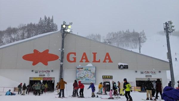 平日の日帰りガーラ湯沢。意外にもスキーシーズン真っ只中は平日も混んでいた