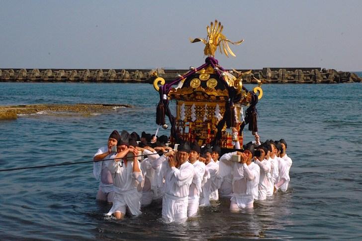 湯川神社(鹿島神社)の海中渡御