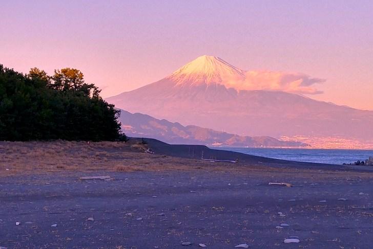 三保の松原から仰ぐ富士山