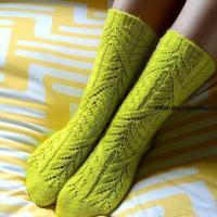 Высокие носки спицами с  красивым узором