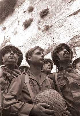 Десантники, освободившие Иерусалим, возле Стены Плача.
