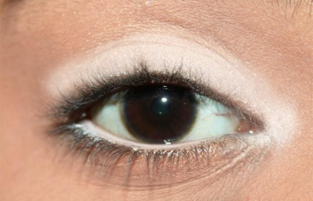 طريقة استخدام محدد العيون الابيض لتكوني أكثر جمالاً
