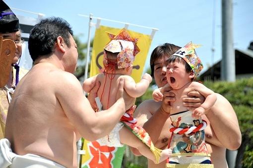 白旗神社@藤沢本町:地元の赤ちゃんが元気いっぱい泣き相撲