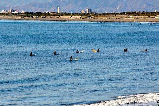 小春日和の片瀬西浜でのんびりサーファー