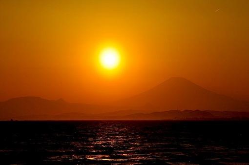 江ノ島片瀬西浜からダイヤモンド富士2015