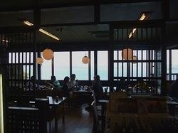海が見える江ノ島の食事処江之島亭の店内から海