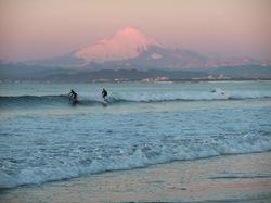 雪の江ノ島片瀬西浜海岸と富士山