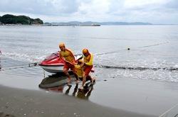 江ノ島片瀬海岸東浜海水浴場で海開きのレスキュー訓練