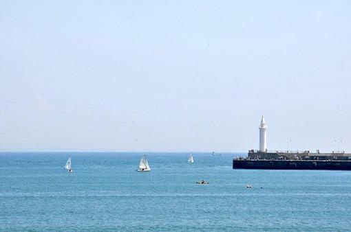 ゴールデンウイークの片瀬海岸東浜からの海と湘南港灯台(白灯台)
