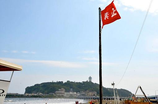 2014年7月8日台風8号のうねりと波が大きい江ノ島片瀬海岸東浜