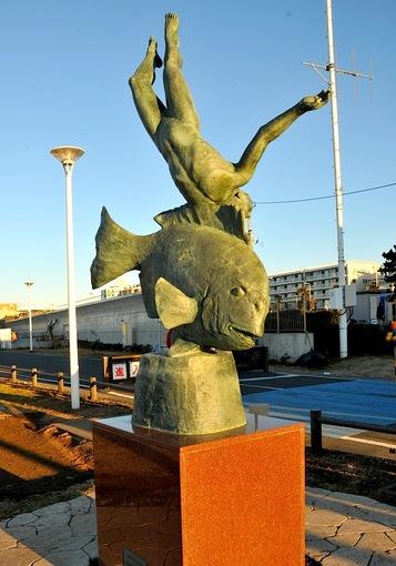 湘南江ノ島の変な像片瀬漁港親松英治作「海の詩」銅像