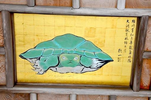 江ノ島江島神社奥津宮の神殿で寝る猫(ネコ)