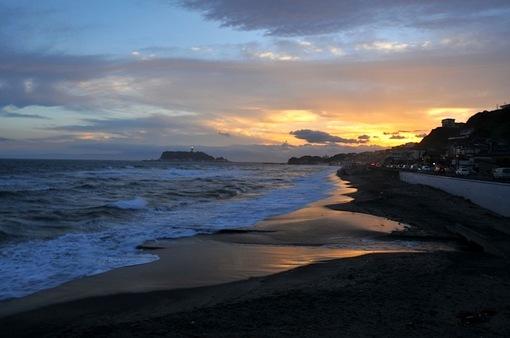 台風一過の鎌倉七里ガ浜海岸からの夕日