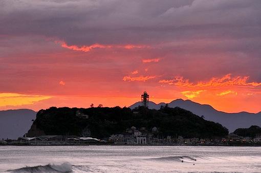 台風一過の夕焼けで真っ赤に染まった湘南江ノ島
