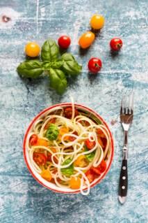 zoodles (Zucchini-Spaghetti) mit Tomaten und Basilikum, Schüssel, Gabel