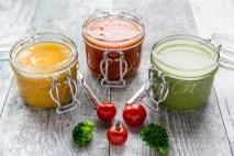 bunte Suppen im Glas, Brokkolisuppe, Tomatensuppe, Kürbissuppe,
