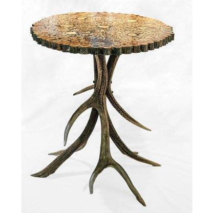 Beistelltisch aus Geweihelementen, Das Tischbeingestell ist aus Geweihstangen gefertigt und die Tischplatte besteht aus Geweihscheiben die miteinander verklebt wurden.