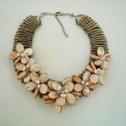 Collier aus Perlmutt, Süsswasserperlen und Swarovski Perlen