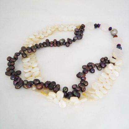 Kette aus dunklen Perlen und Perlmuttplättchen
