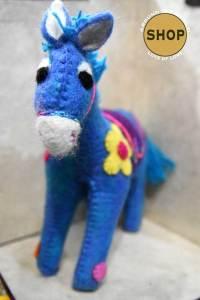 Handgemaakt vilt blauw paard. Speelgoed, dieren.