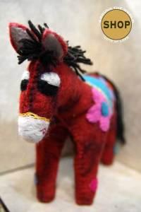 Handgemaakt vilt rood paard. Speelgoed, dieren.