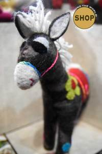 Handgemaakt vilt grijs paard. Speelgoed, dieren.