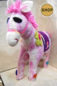 Handgemaakt vilt roze paard. Speelgoed, dieren.