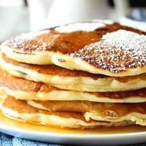 Pancakes sciroppo d'acero e zucchero a velo