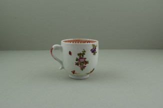Lowestoft Porcelain Curtis Dark purple Flowers within a Border Pattern Coffee cup, C1775-85. 4