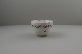 Lowestoft Porcelain Pink Flowers Within Gold Pattern Fluted Teabowl and Saucer, C1790-1800. 4