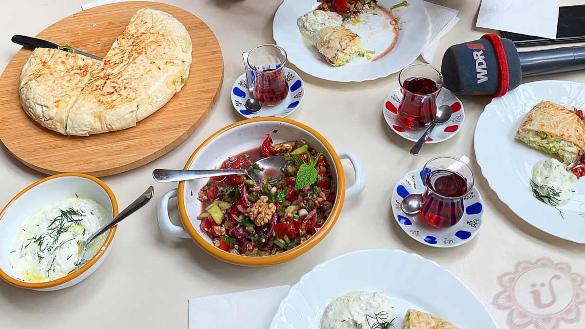 Gavurdagi salatasi, Börek mit Lauch und HaydariTisch