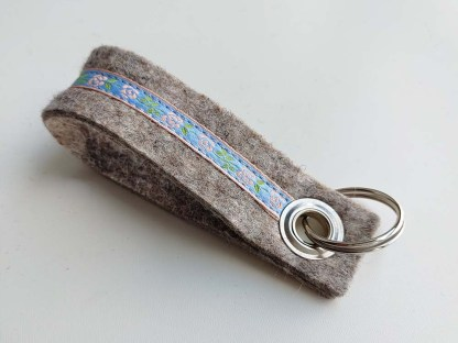 Schlüsselanhänger ROSI hellgrau-hellblau