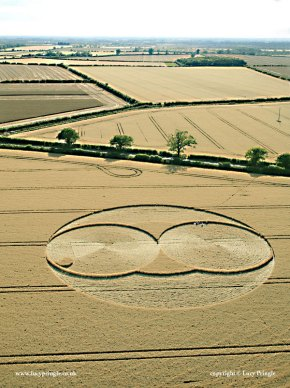 Nr Fairford, Gloucestershire. 21 July 2015. Wheat. c. 165ft (50m) diameter. Two tangential circles, with a third circle of same size centred on their point of tangency. A large circle, also centred on their point of tangency circumscribes both.