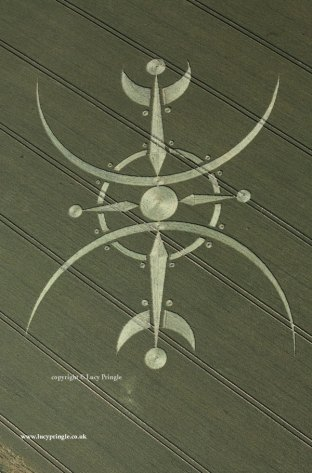Clearbury, nr. Odstock, Wiltshire - 6th July 2015. Wheat. In excess of 360ft (110 m) overall diameter. Two lines of symmetry at right angles. Central disc with outer ring. Four inward pointing darts - two with 'tails'; all with discs at outer point. Two large outward facing crescents tangential to inner disc.