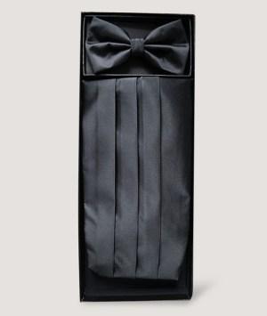 Ensemble nœud papillon et d'une ceinture smoking plissée en satin noir