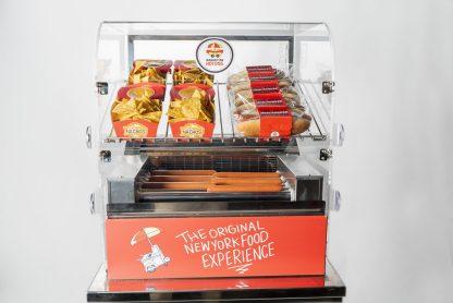 Découvrez notre Grill Cart Manhattan Hot Dog, système de cuisson révolutionnaire, une visibilité maximale pour un corner snacking attractif.